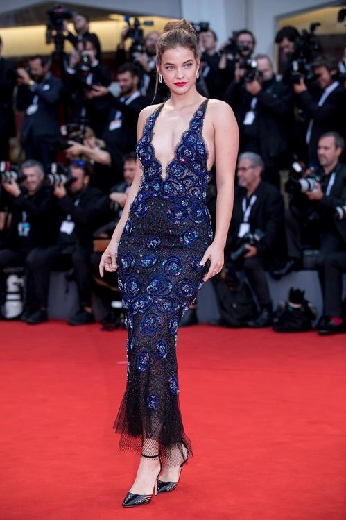 Barbara Palvin en sexy robe de soirée bleu fourreau bijouté d'Armani Privé