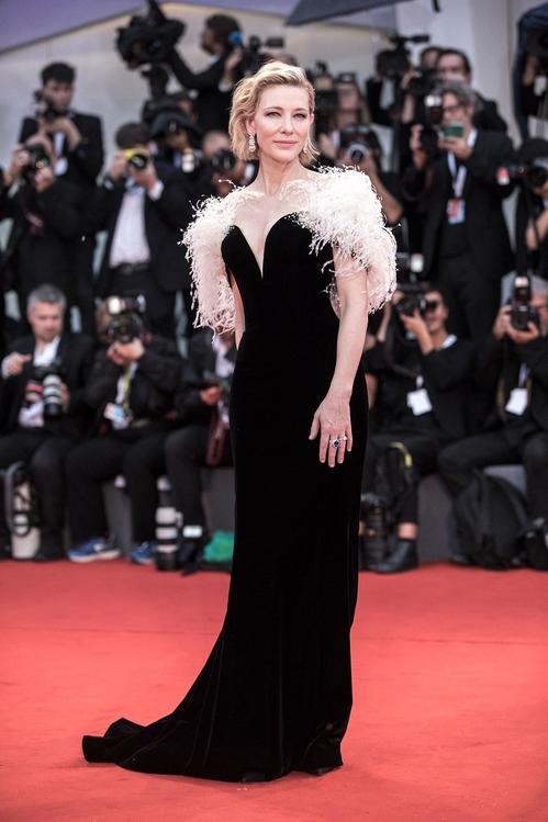Cate Blanchett en robe de soirée fourrea noire à plumes Armani Privé et bijoux Chopard
