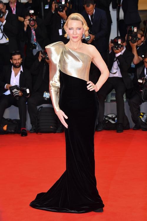 Cate Blanchett en robe de soirée dorée & noire Armani Privé