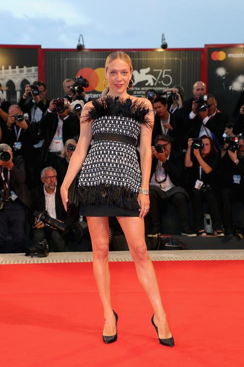 Chloë Sévigny en robe noire & blanche fourreau courte de Chanel