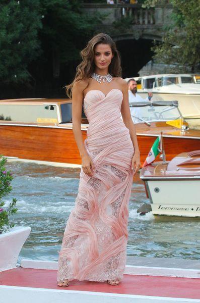 Gabrielle Causenil en une robe de soirée rose sexy fourreau mi transparente