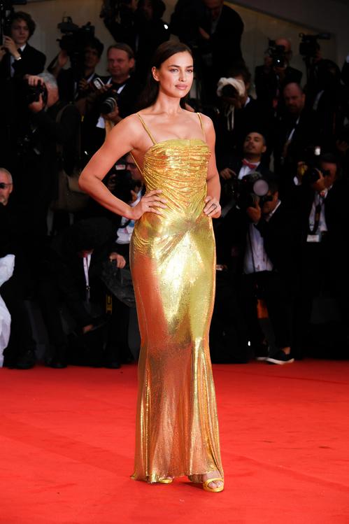 Irina Shayk en robe de soirée dorée fourreau de Versace