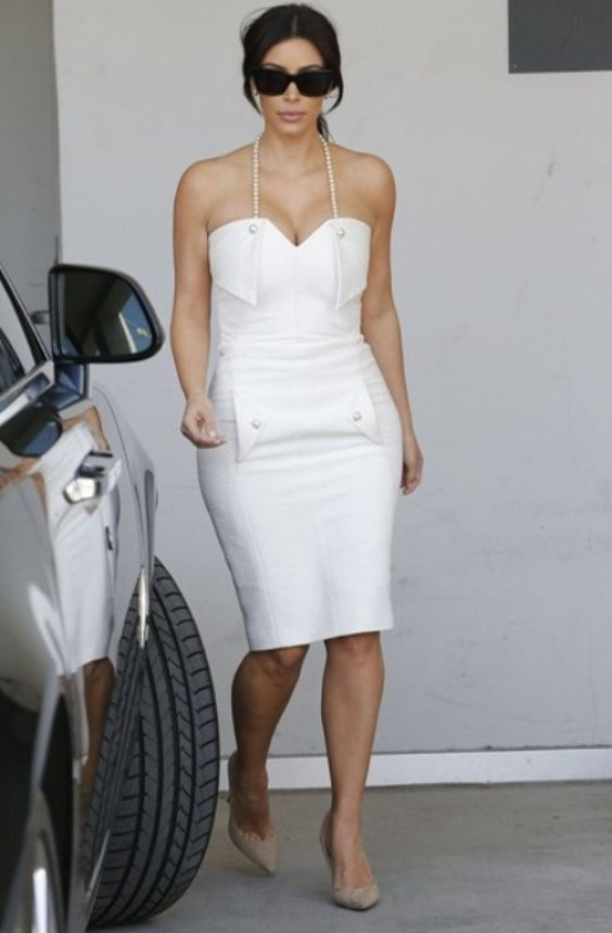 Kim Kardashian en robe fourreau blanche de sa Bridal Shower