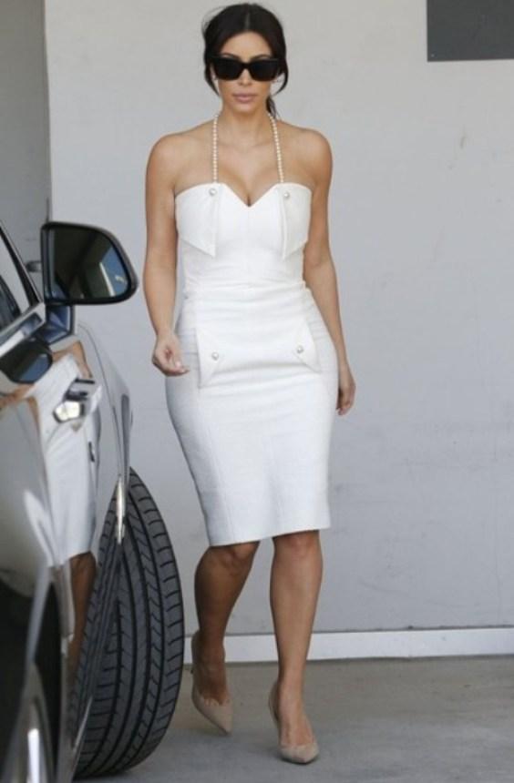 Kim Kardashian en robe fourreau blanche de sa Bridal Shower
