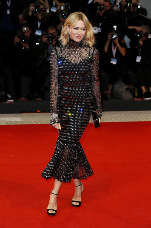 Naomi Watts en une robe de soirée noire fourreau à manche longue transparente