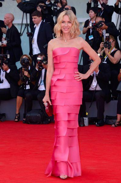 Naomi Watts en robe de soirée fuchsia fourreau bustier droit