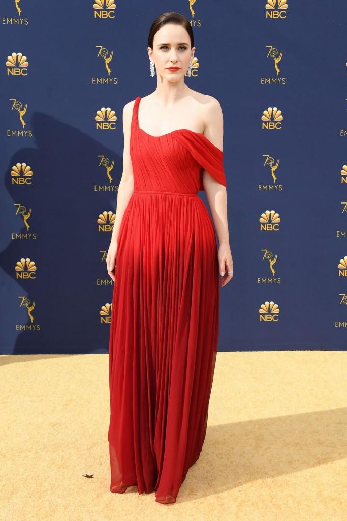 Rachel Brosnahan robe de soirée rouge asymétrique plissé Emmy Awards 2018