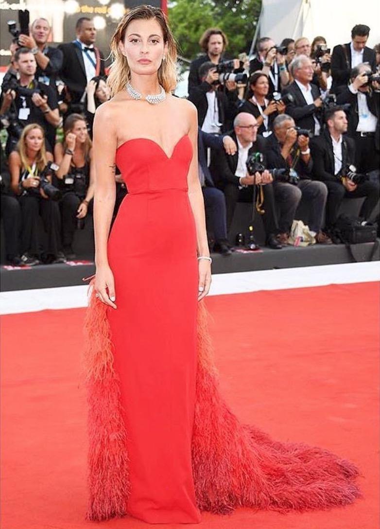 robe de soirée rouge fourreau à plumes bustier coeur Sveva Alviti