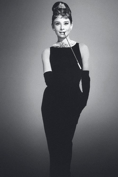 robe noire fourreau simple Audrey Hepburn