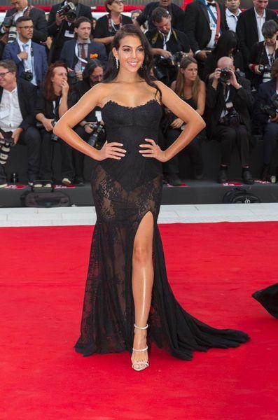 sexy robe de soirée noire fendue appliqué de dentelle Georgina Rodriguez