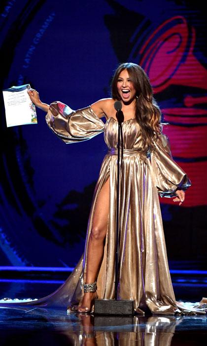 Thalia en une robe de soirée dorée fendue avec manche Cérémonie des Latins Grammys