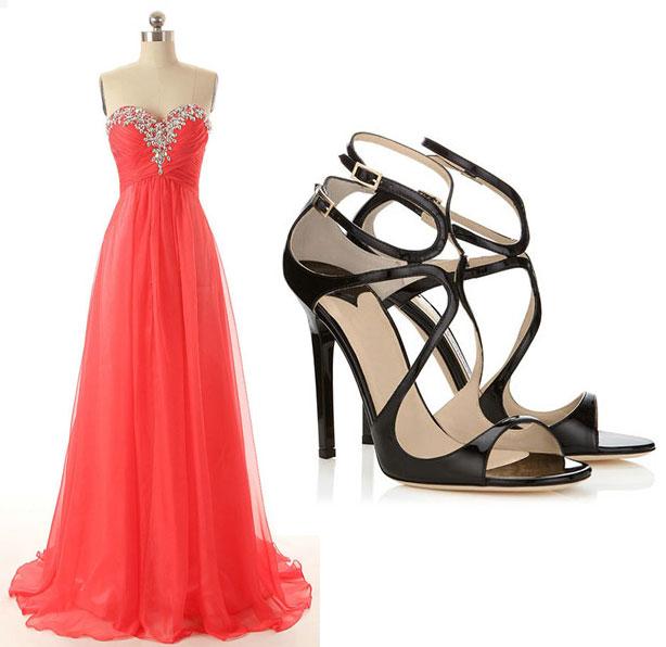 robe rouge longue de soir.e bustier coeur orné de strass et sandales noires à talon haut