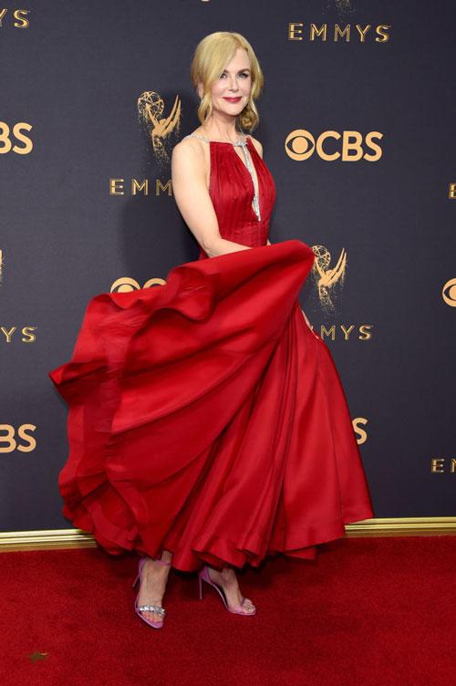 robe rouge plissé col décolleté Nicole Kidman Emmy Awards 2017