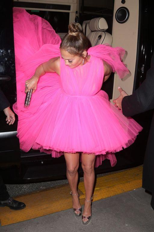 Robe rose bonbon portée par Jennifer Lopez à l'avant-première du film ''second act'' signée Giambattista Valli