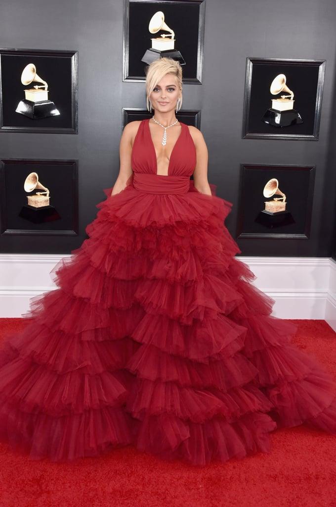 Bebe Rexha en une robe de soirée rouge bordeaux col en V volants Grammy 2019