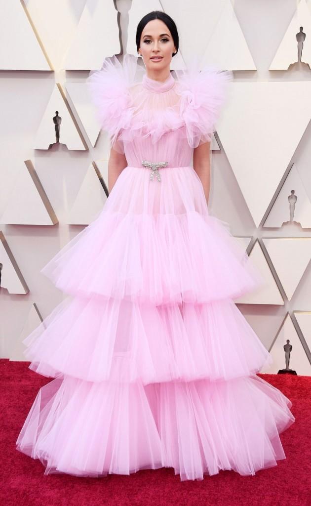 KaceyMusgraves en une robe de soirée rose à volants aux Oscars 2019
