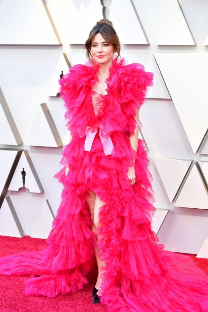 Linda Cardellini en une robe rose vif à volants aux Oscars 2019