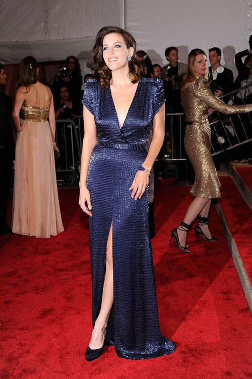 robe de soirée bleu col en V avec fente Liv Tyler