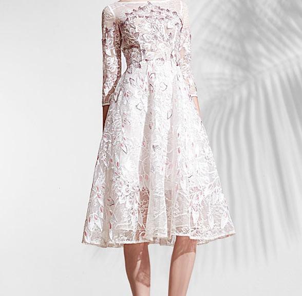 robe cocktail élégante blanche en dentelle appliqué de fleurs avec manches longues