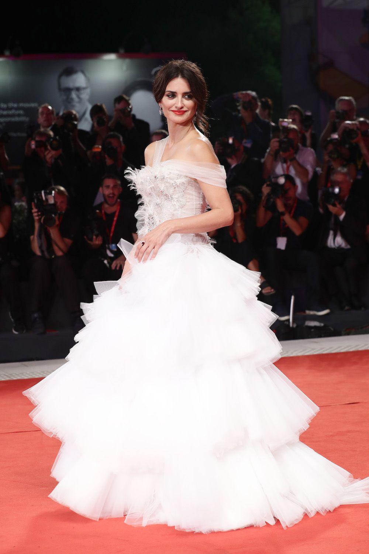 magnifique robe de soirée blanche embelli de bijoux de Penelope Cruz