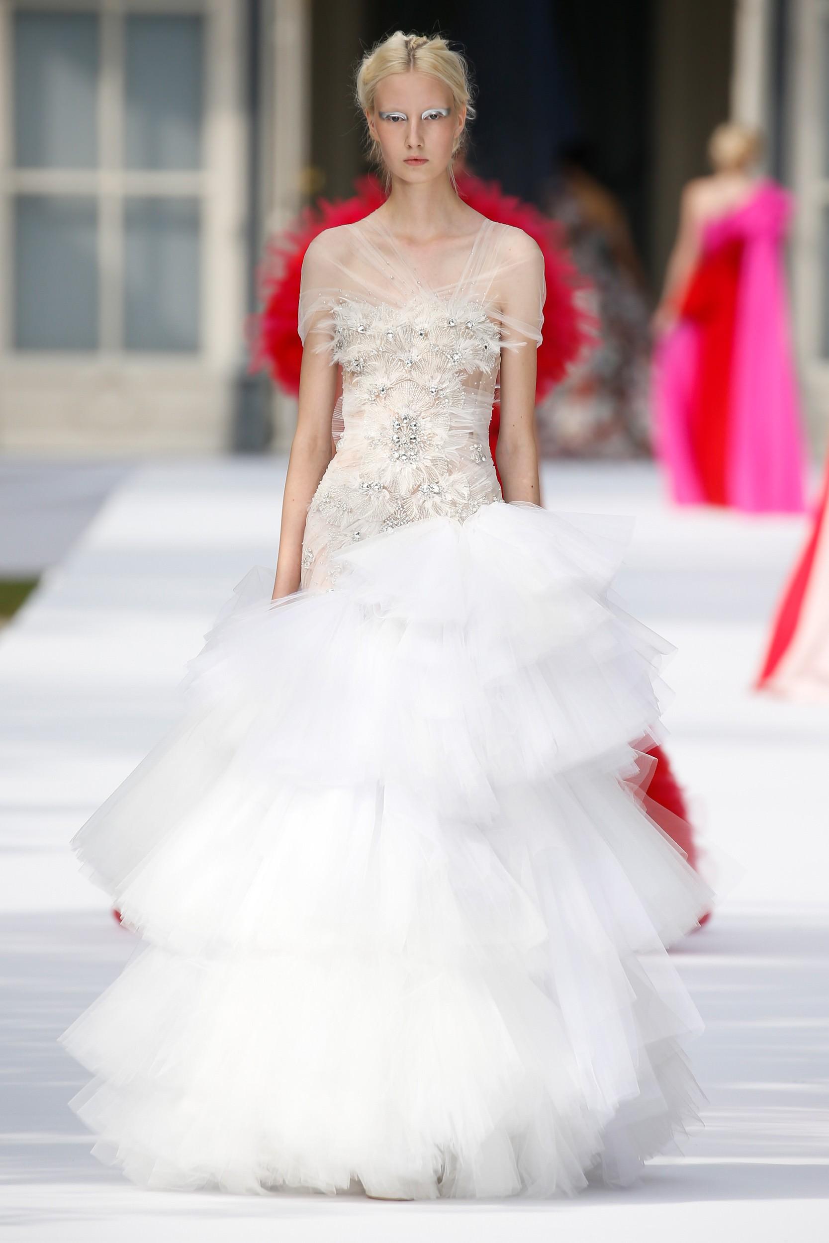 robe de soirée luxe blanche jupe volant épaule dénudé ornée de bijoux