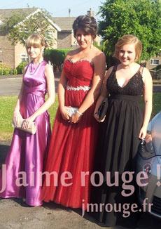Abbie et ses camarades dans robes de bal des finissant